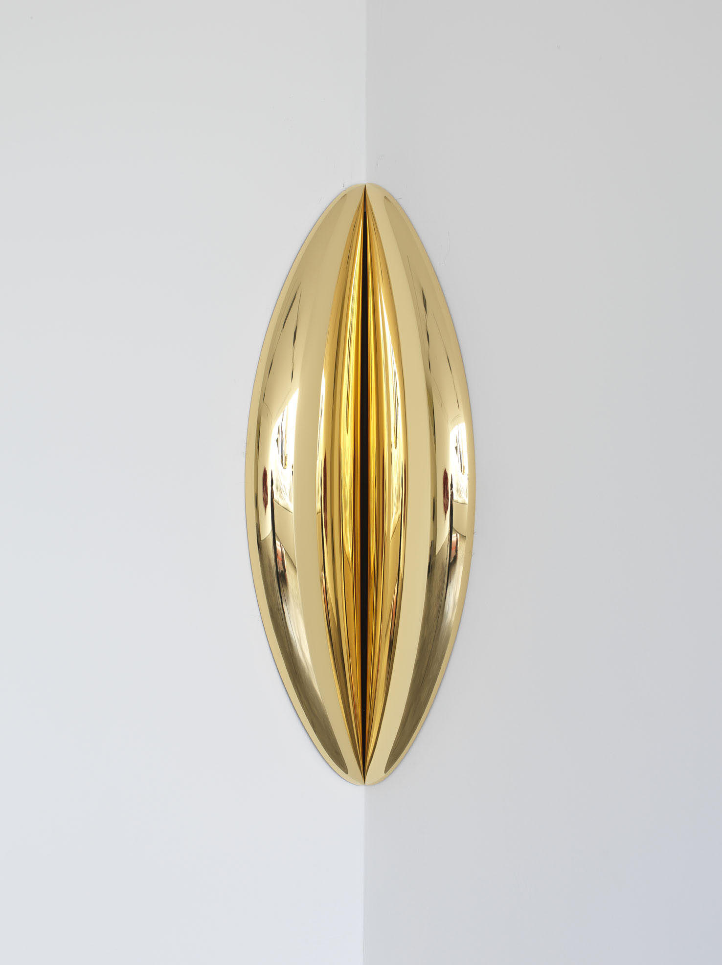 Anish Kapoor <em>In-between</em>, 2015. Stainless steel and gold 80 x 19 x 7 cm © the artist; Courtesy, Lisson Gallery, London (image ref #: KAPO150011-1)