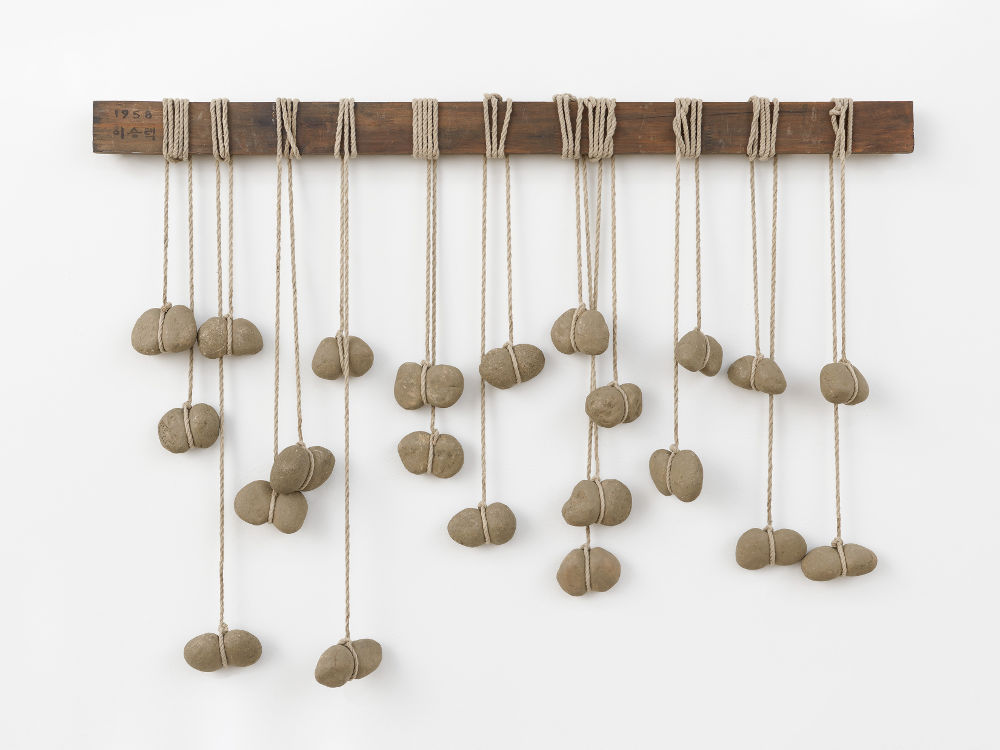 Seung-taek Lee, Godret Stone, 1958. Stones, rope, wood 25 5/8 x 38 3/16 inches (65 x 97 cm). Courtesy Lévy Gorvy. Photo: Elisabeth Bernstein