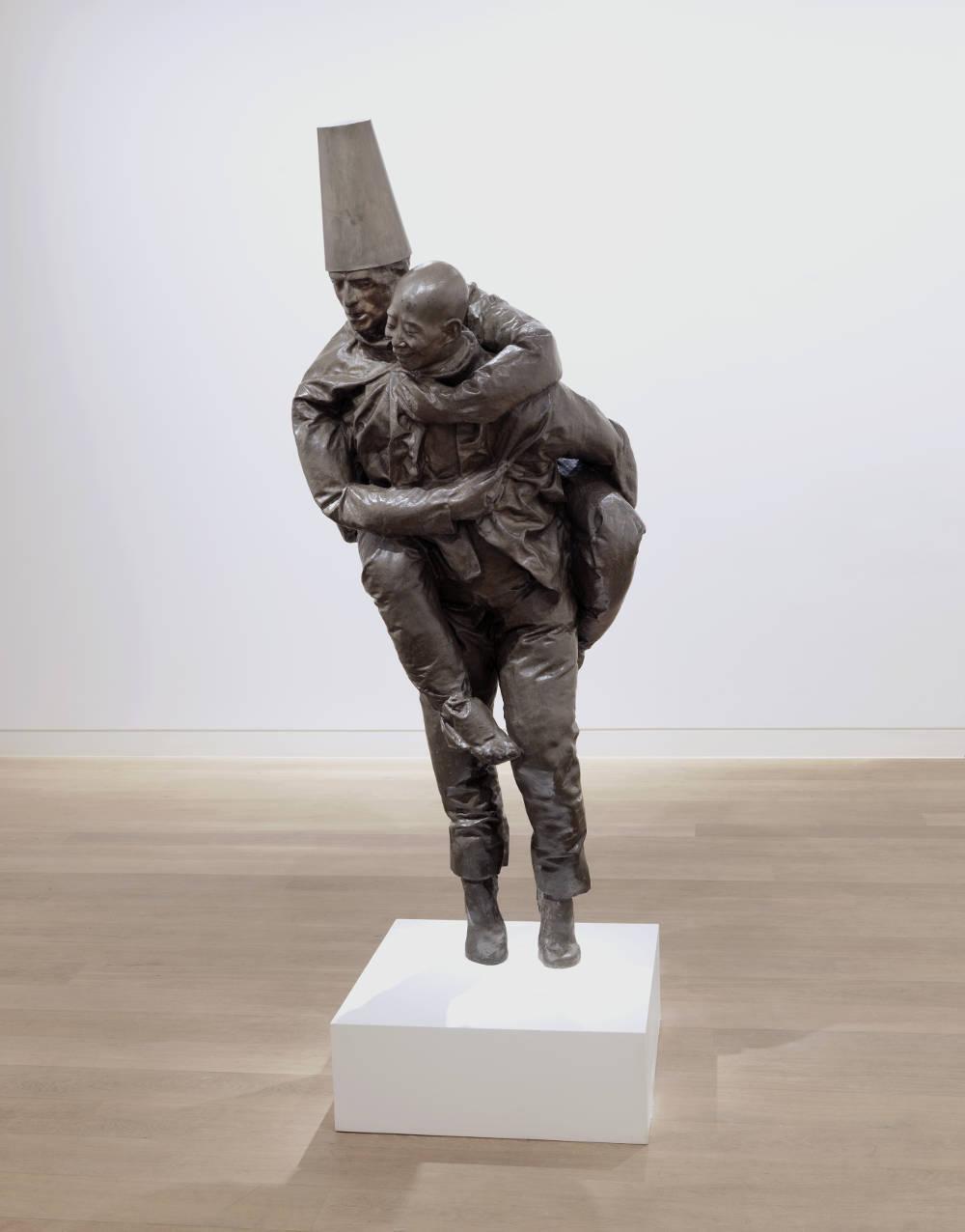 Juan Muñoz, Piggyback (Chinese Down), 1997. Bronze 194,3 x 68,59 x 60,9 cm