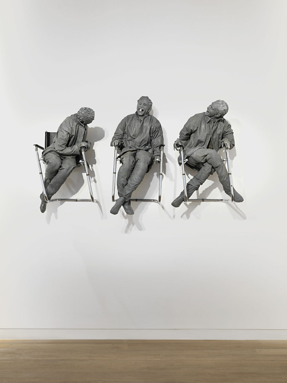 Juan Muñoz, Three Laughing at One, 2000.  Polyester resin, chairs 130 x 200 x 60 cm. (51.2 x 78.7 x 23.6 in.)