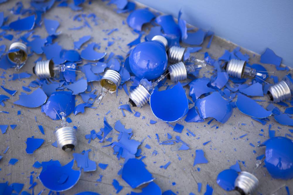 ClaudeLévêque, Paradiso, 2018. Standard blue light bulbs (15 W – E27). Variable dimensions ©ADAGPClaude Lévêque. Photo. archiveskamelmennour. Courtesy the artist and kamelmennour, Paris/London