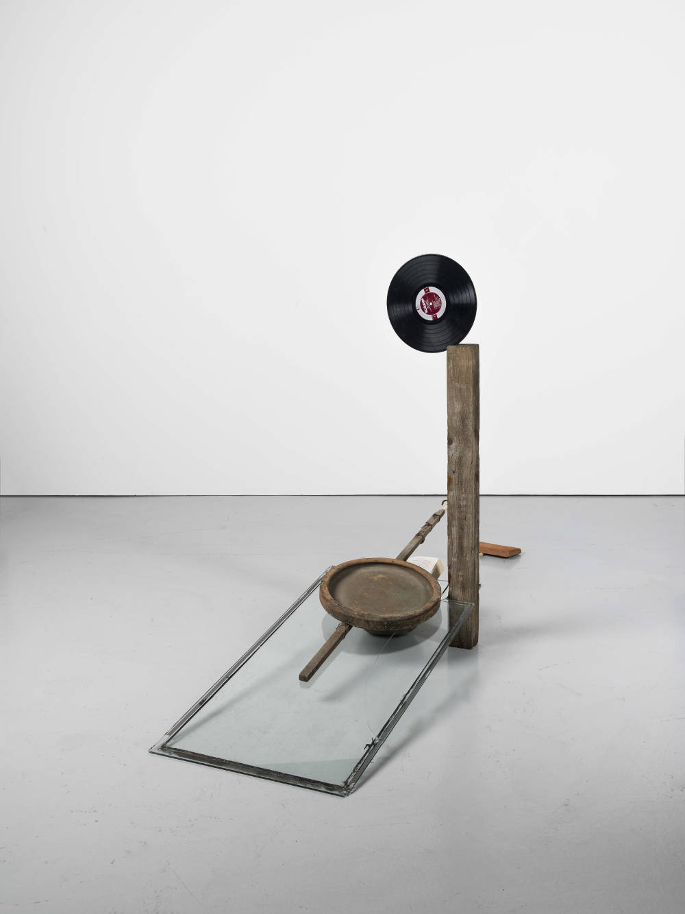 Abraham Cruzvillegas, The hare with amber eyes, 2015. Stone, wood, brick, glass, paper, clay, phone wire, vinyl record, dipstick 125 x 245 x 55 cm. Courtesty of the artist and Galerie Chantal Crousel, Paris. Photo : Florian Kleinefenn