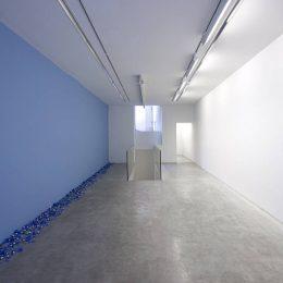 Claude Lévêque: Aube bleue @kamel mennour, r. du Pont de Lodi, Paris  - GalleriesNow.net