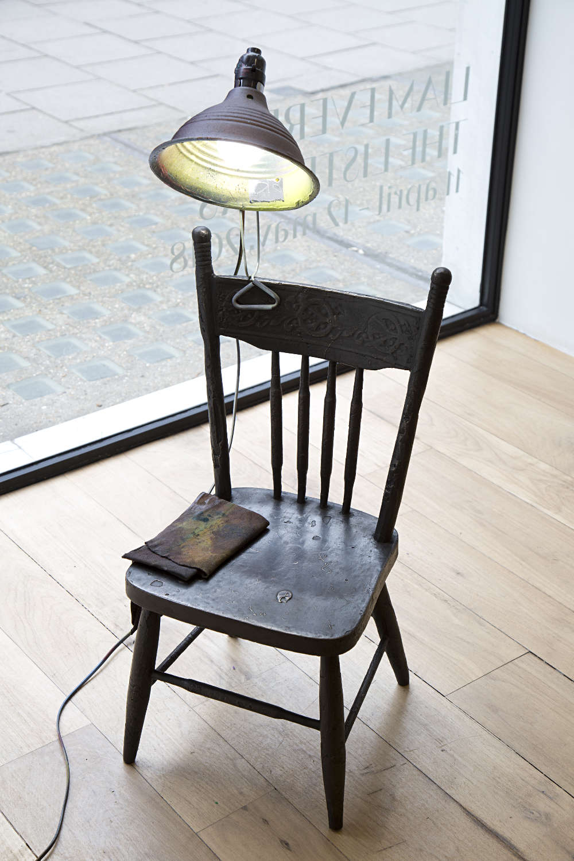Liam Everett, Untitled (idiot mind), 2018. Bronze, customized clamp light, cotton rag 133,3 x 95,2 cm ©LiamEverett. Photo.archiveskamelmennour. Courtesy the artist and kamelmennour, Paris/London