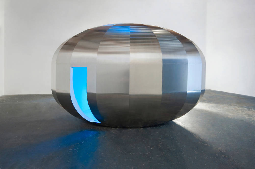 Johannes Girardoni, Metaspace V3, 2013/2018. Aluminium, fiberglass, resin, wood, LEDs, and sensors with Spectro-Sonic Refrequencer 108 x 168 x 108 inches (274.3 x 426.7 x 274.3 cm) © Johannes Girardoni Studio