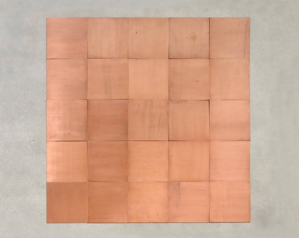 Carl Andre, Fifth Copper Square, 2007. 25 unit square (5x5) Each 0,3 x 49,8 x 49,8 cm (,12 x 19,61 x 19,61 in) 0,3 x 250,2 x 250,2 cm (,12 x 98,5 x 98,5 in) © Carl Andre / ADAGP, Paris, 2018. Photo: Charles Duprat. Courtesy Galerie Thaddaeus Ropac, London · Paris · Salzburg