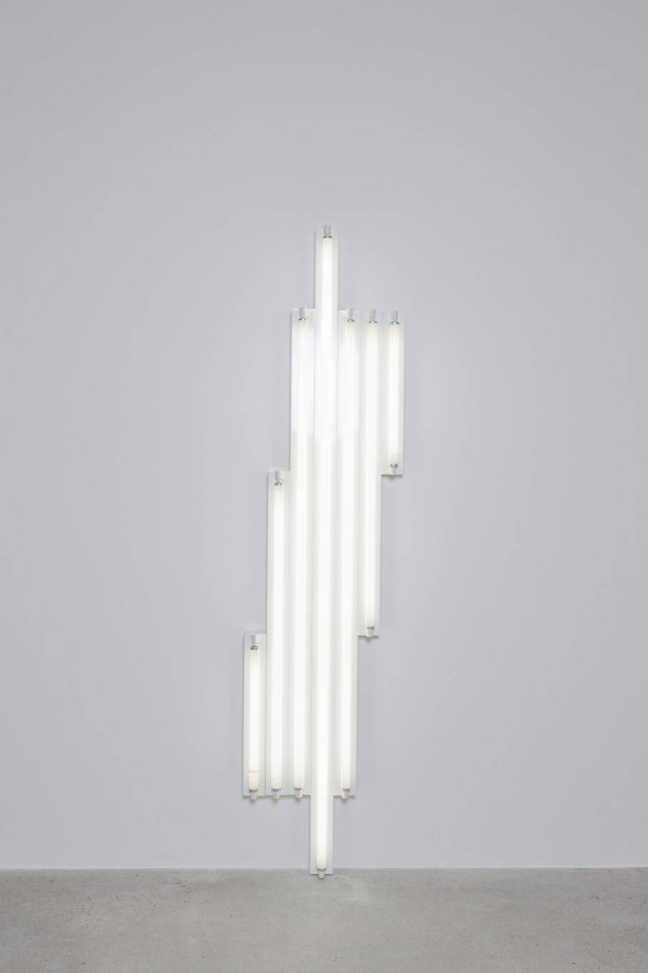Dan Flavin, Monument for V. Tatlin, 1967. Cool white fluorescent lights 244 x 57,5 x 12 cm (96 x 22,5 x 5 in) © Stephen Flavin / ADAGP, Paris, 2018. Courtesy Galerie Thaddaeus Ropac, London · Paris · Salzburg