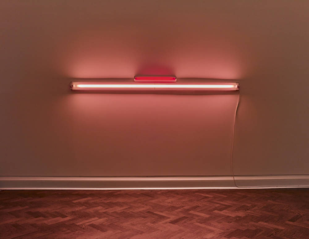 Dan Flavin, Untitled, 1964-74. Red and pink fluorescent tubes, 8 ft wide 243,8 x 22 cm (96 x 8,7 in) © Stephen Flavin / ADAGP, Paris, 2018. Photo: Stephen White, London. Courtesy Galerie Thaddaeus Ropac, London · Paris · Salzburg