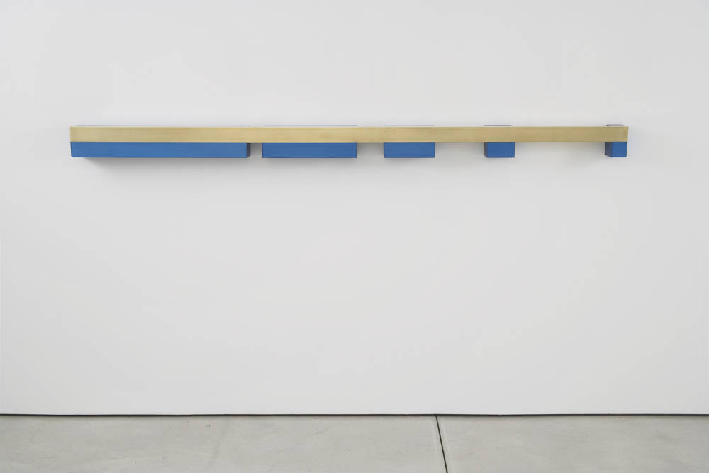 Donald Judd, Untitled (DSS 191), 1969. Brass and blue anodized aluminium 15,6 x 286,3 x 15,2 cm (6,14 x 112,72 x 5,98 in) Courtesy of Paula Cooper Gallery, New York © Judd Foundation / ADAGP, Paris, 2018
