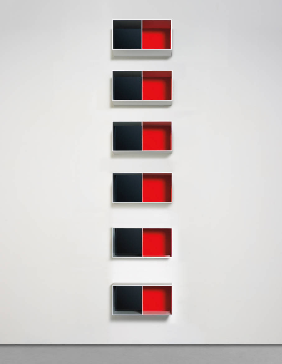 Donald Judd, Untitled, 1988. Anodized aluminium and red plexiglas Overall 673,9 x 99,1 x 48,3 cm (265,3 x 39 x 19 in) 50,2 x 99,1 x 50,2 cm (19,76 x 39,02 x 19,76 in) © Judd Foundation / ADAGP, Paris, 2018. Courtesy Galerie Thaddaeus Ropac, London · Paris · Salzburg
