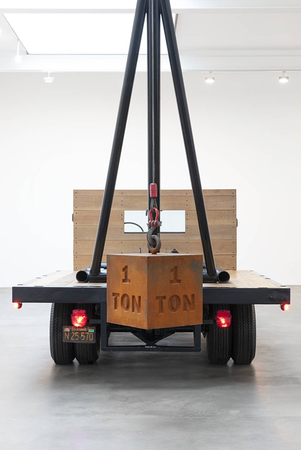 CHRIS BURDEN, 1 Ton Crane Truck, 2009. Restored 1964 F350 Ford crane truck with 1 ton cast iron weight 168 x 274 x 96 inches 426.7 x 696 x 243.8 cm © 2018 Chris Burden / licensed by The Chris Burden Estate and Artists Rights Society (ARS), New York. Photo: Lucy Dawkins. Courtesy of Gagosian