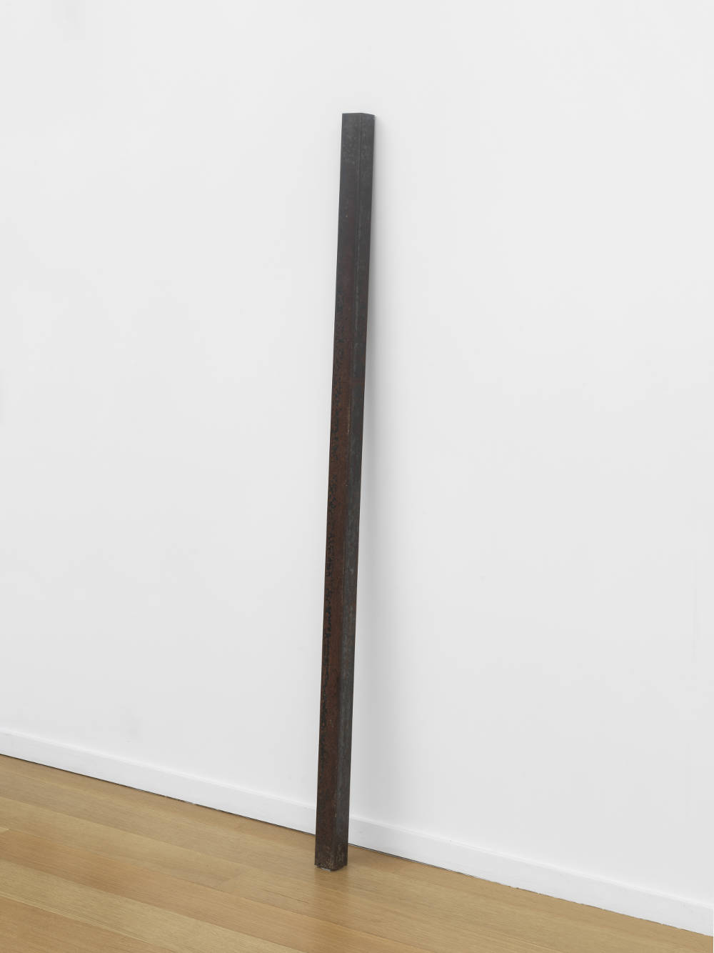 Giovanni Anselmo, Cielo accorciato (Shortened Sky), 1969-1970. Incised iron 140 x 4.6 x 4.6 cm (55 1/8 x 1 13/16 x 1 13/16 in.) Courtesy the artist and Simon Lee Gallery, London
