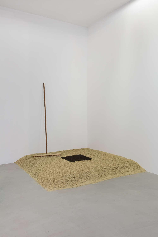 GinaPane, Stripe Rake, 1969. Sand, humus, wooden rake 17x200x200cm ©ADAGPGinaPane. Photo. archiveskamelmennour. Courtesy AnneMarchand and kamelmennour, Paris/London