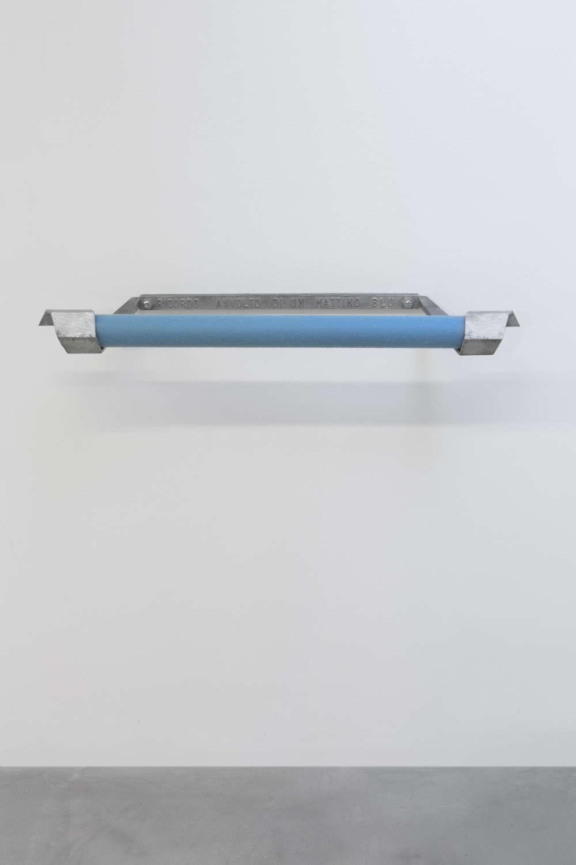 GinaPane, Souvenir enroulé d'un matin bleu, 1969. Blue felt, wood, aluminium 8x90x30cm ©ADAGPGinaPane. Photo. archiveskamelmennour. Courtesy AnneMarchand and kamelmennour, Paris/London