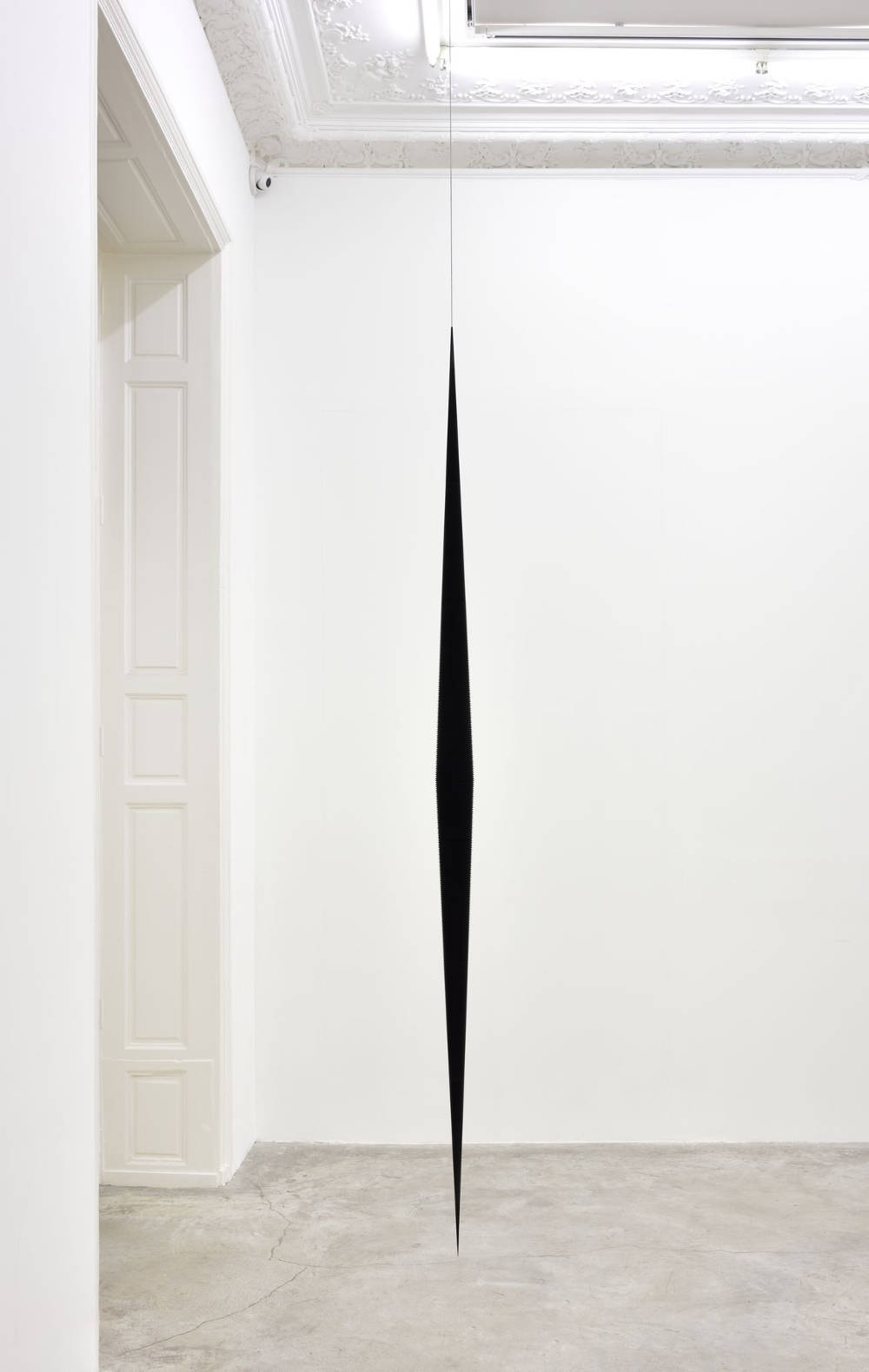 Artur Lescher, Fuso#2, 2013. Black anodized aluminium and steel cable 300 x 12 cm 118 1/8 x 4 3/4 in. AP 1/2 + 5 Ed © Artur Lescher - Photo: Rebecca Fanuele. Courtesy of the Artist and Almine Rech