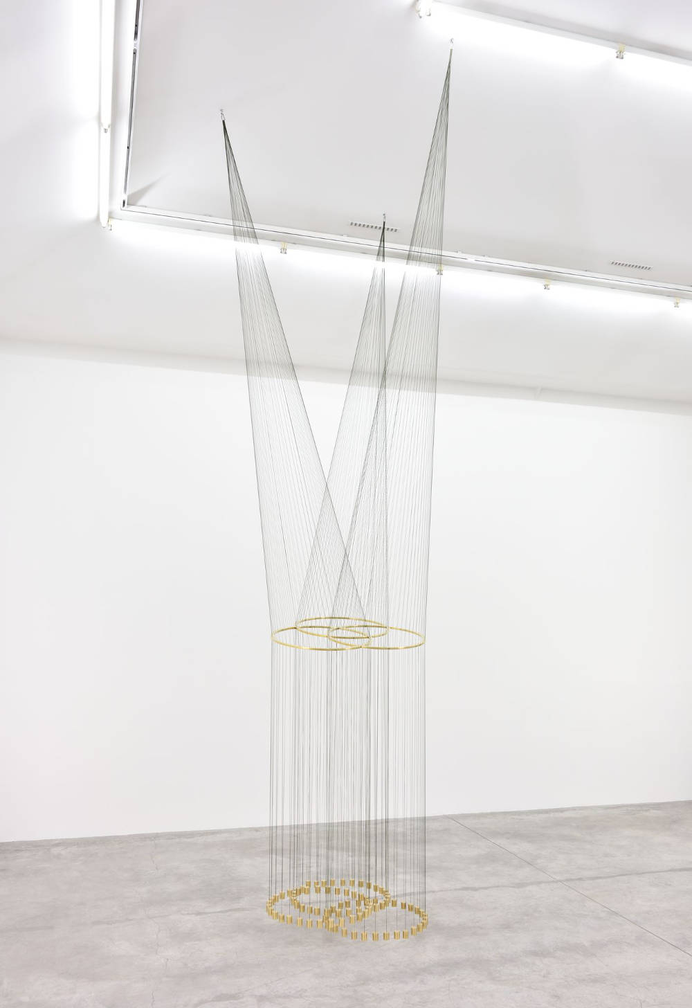 Artur Lescher, Infinito Triple, 2018. Brass and green multi lament lines 550 x 100 x 100 cm 216 1/2 x 39 3/8 x 39 3/8 in. Ed 5/5 © Artur Lescher - Photo: Rebecca Fanuele. Courtesy of the Artist and Almine Rech