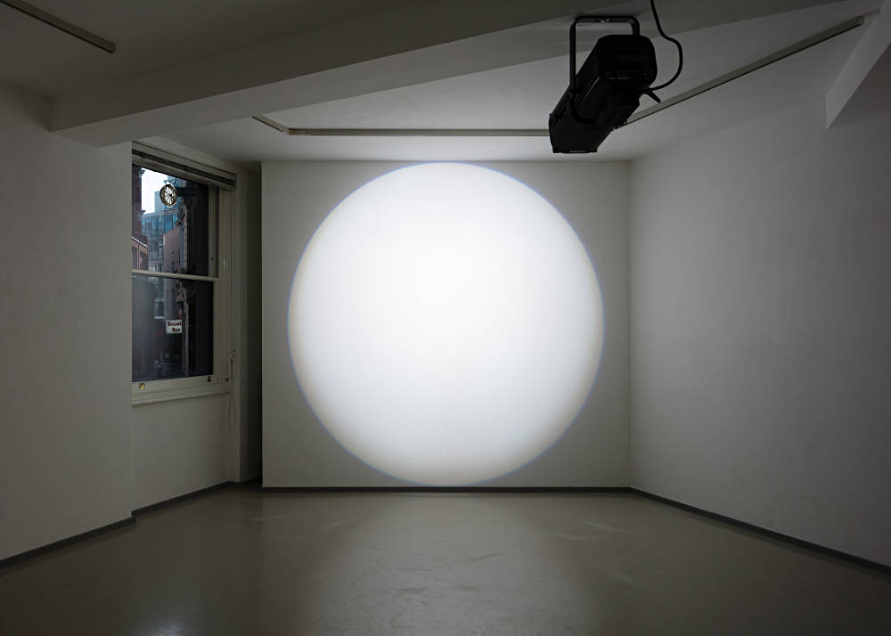 Michel Verjux, Poursuite au mur, entière et frontale (source au plafond), 2019. Éclairage: profile projector and transformer. Dimensions variable