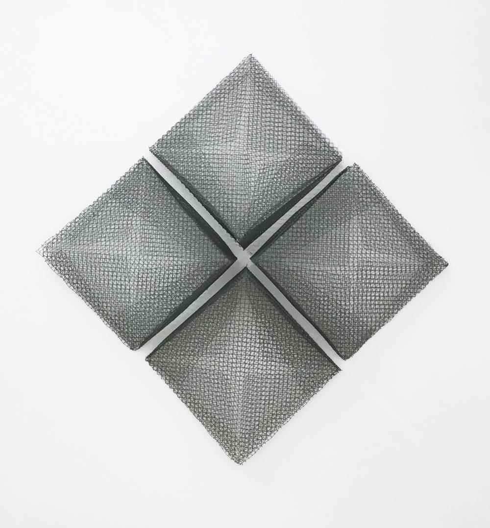 Lydia Okumura, Five Sides, 2017. Galvanized zinc mesh sculpture (4 pieces) Installation : 34 × 34 × 17 1/2 inches (86.36 × 86.36 × 44.45 cm) Each : 16 × 16 × 17 1/2 inches (40.64 × 40.64 × 44.45 cm) Edition 1/4 + I AP. Courtesy of Anke Kempkes Art Advisory / Galerie Thaddeus Ropac, London, Paris, Salzburg. © Lydia Okumura
