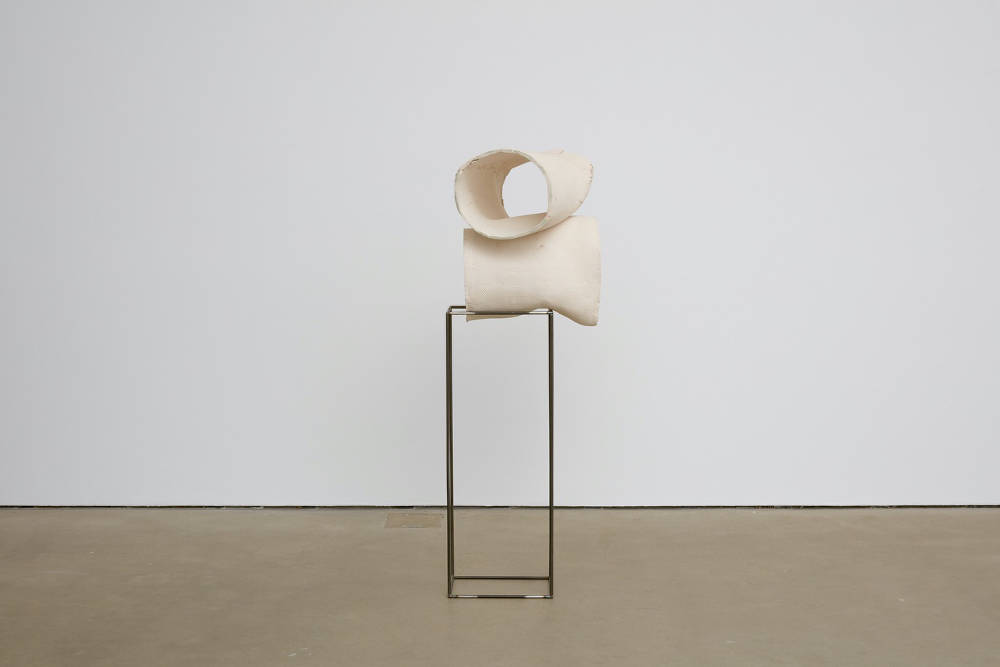 Katinka Bock, Frida und Friedrich OO II, 2019, ceramic, steel, 130 x 55 x 55 cm, 51 1/8 x 21 5/8 x 21 5/8 ins. Photo: Robert Glowacki. © Katinka Bock. Courtesy the artist, Modern Art, London & Galerie Jocelyn Wolff, Paris