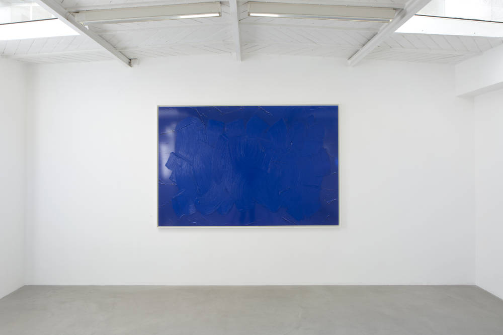 BertrandLavier, Bleu de Cobalt foncé, 2017. Acrylic paint on Cibachrome 155x232x4cm ©ADAGPBertrandLavier. Photo:archiveskamelmennour. Courtesytheartist and kamelmennour,Paris/London