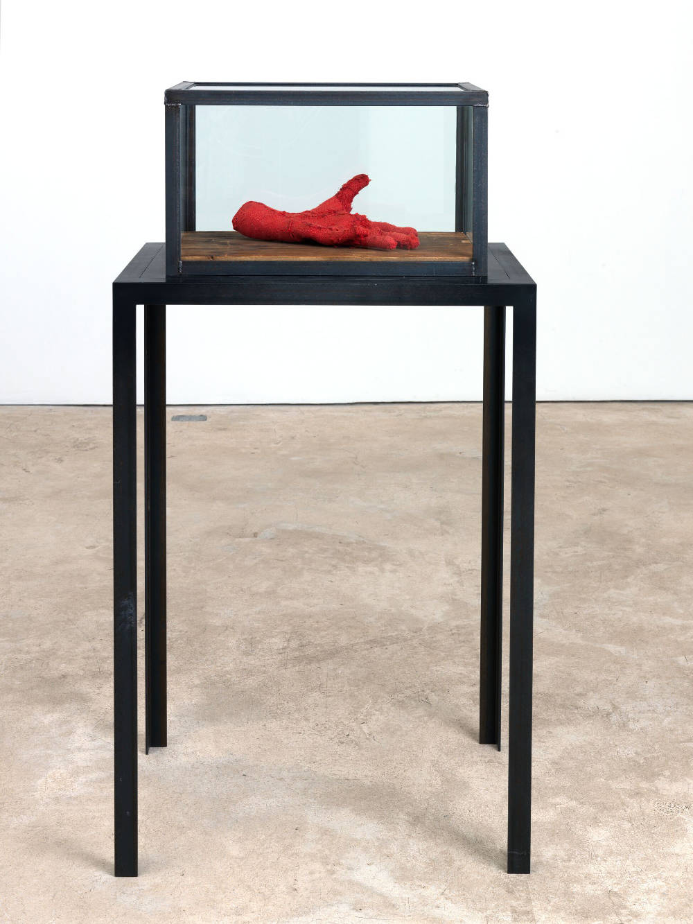 Louise Bourgeois, Hand, 2001. Fabric, wood, glass and steel 31.8 x 53.3 x 35.6 cm / 12 1/2 x 21 x 14 in. Steel pedestal: 101.6 x 68.5 x 50.8 cm / 40 x 27 x 20 in. Photo: Christopher Burke © The Easton Foundation/VAGA at ARS, NY. Courtesy The Easton Foundation and Hauser & Wirth