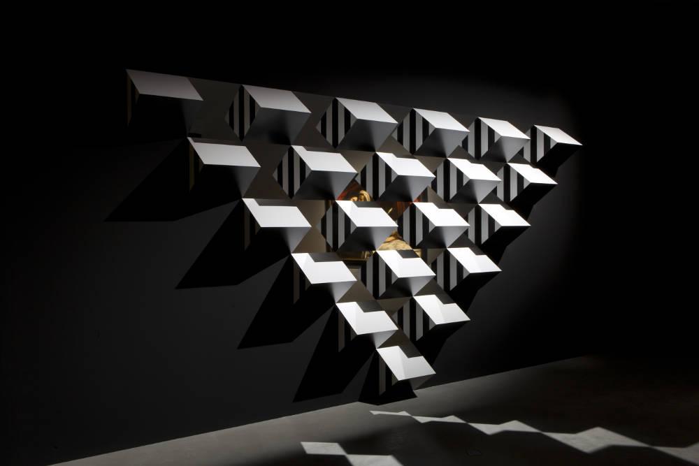 Daniel Buren, Pyramidal, haut-relief – A5, travail situé