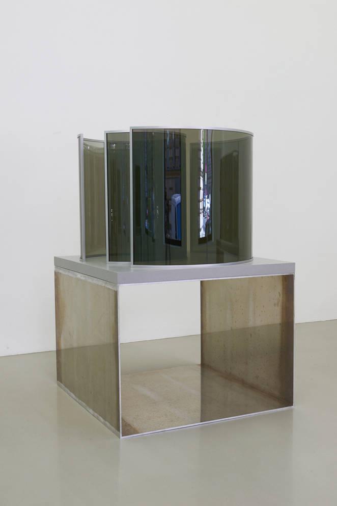 Dan Graham, Round and Around, 2019. Two-way mirror glass, aluminum, wood, acrylic, corian 92 (h) x 125 x 125 cm. Courtesy Galerie Meyer Kainer / Photos by Marcel Koehler