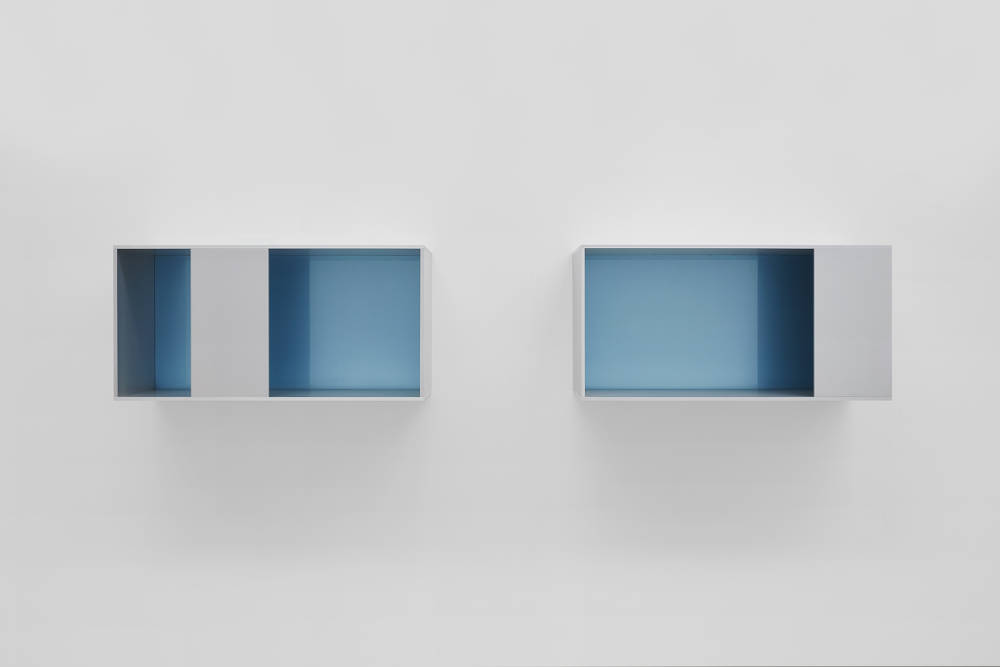 Donald Judd, Untitled, 1988. Clear anodized aluminium and blue acrylic sheets, 2 units. Each 50 x 100 x 50 cm (19,69 x 39,37 x 19,69 in) Photos: Thomas Lannes. Courtesy Galerie Thaddaeus Ropac, London · Paris · Salzburg © Judd Foundation / Adagp, Paris, 2019