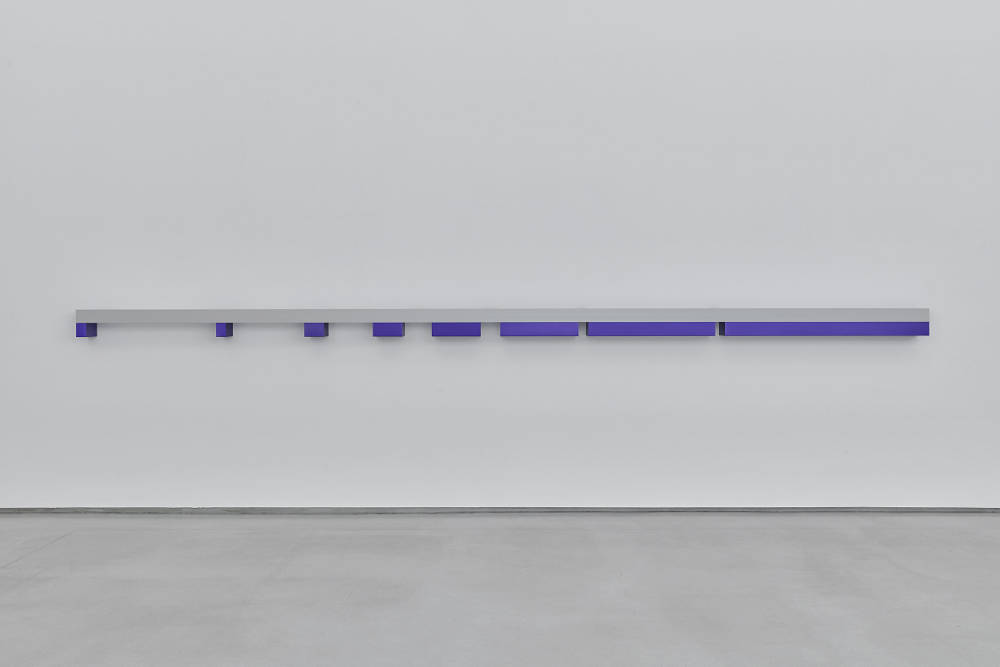 Donald Judd, Untitled, 1970. Clear anodized aluminium and purple anodized aluminium 21 x 642,6 x 20,3 cm (8,25 x 253 x 8 in) Photos: Thomas Lannes. Courtesy Galerie Thaddaeus Ropac, London · Paris · Salzburg © Judd Foundation / Adagp, Paris, 2019
