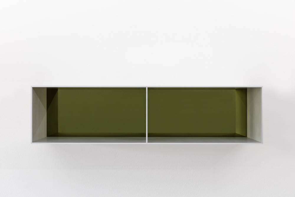 Donald Judd, Untitled, 1991. Clear anodized aluminium with yellow over black acrylic sheets 25 x 100 x 25 cm (9,84 x 39,37 x 9,84 in) Photos: Thomas Lannes. Courtesy Galerie Thaddaeus Ropac, London · Paris · Salzburg © Judd Foundation / Adagp, Paris, 2019