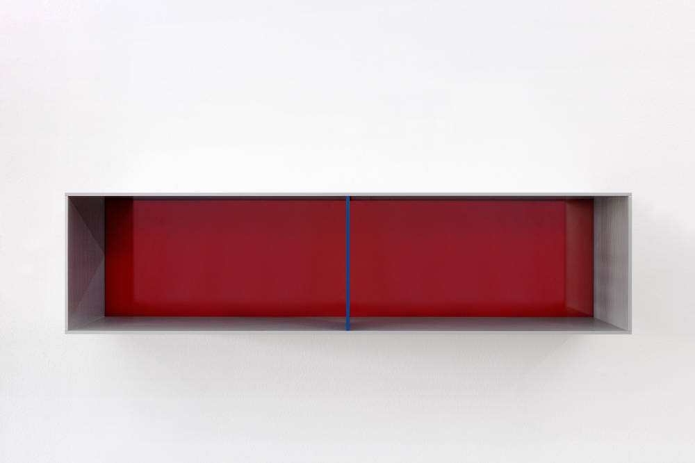 Donald Judd, Untitled, 1991. Clear and turquoise anodized aluminium with transparent blue over red acrylic sheets 25 x 100 x 25 cm (9,84 x 39,37 x 9,84 in) Photos: Thomas Lannes. Courtesy Galerie Thaddaeus Ropac, London · Paris · Salzburg © Judd Foundation / Adagp, Paris, 2019