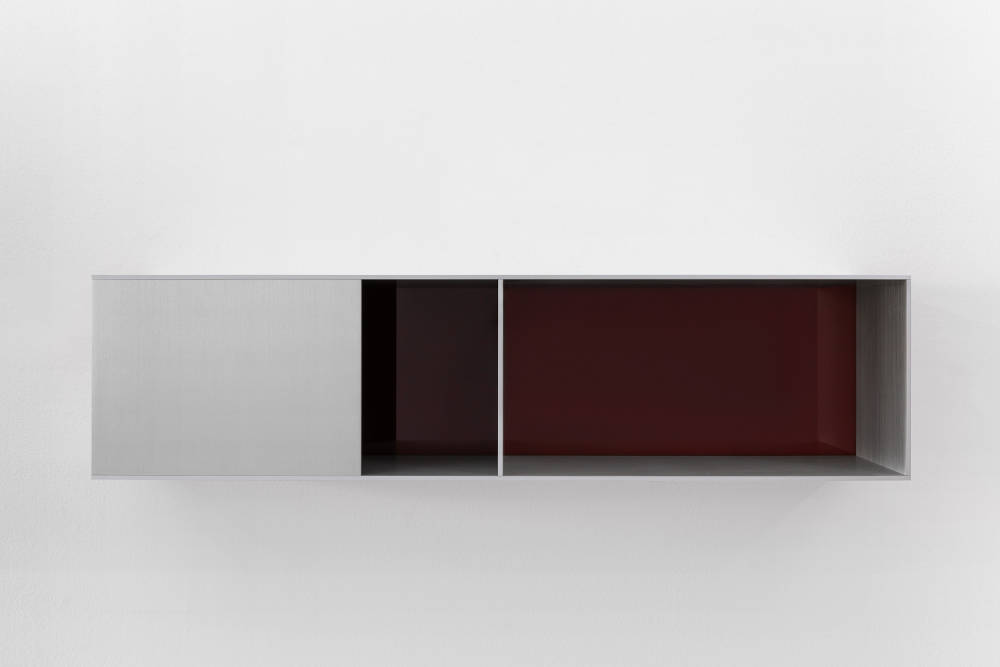 Donald Judd, Untitled, 1991. Clear anodized aluminium with brown acrylic sheet 25 x 100 x 25 cm (9,84 x 39,37 x 9,84 in) Photos: Thomas Lannes. Courtesy Galerie Thaddaeus Ropac, London · Paris · Salzburg © Judd Foundation / Adagp, Paris, 2019