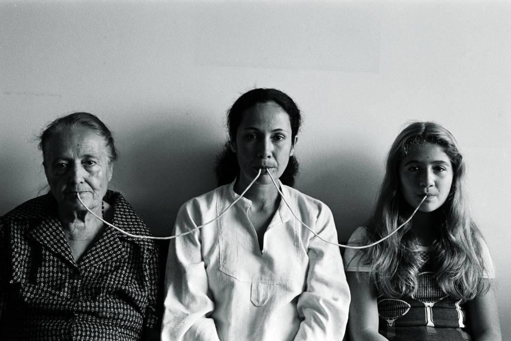 Por um Fio, da série Fotopoemação (By a Thread, from the series Photopoemaction)